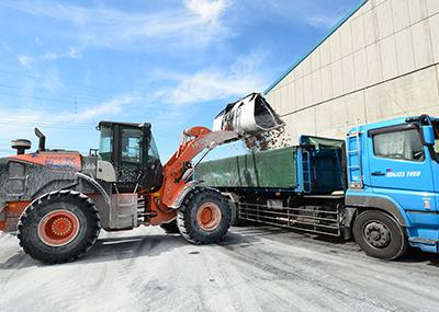 港にて石膏をトラックに積載