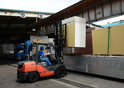 完成した石膏ボードをフォークリフトでトラックに積載、発送まで